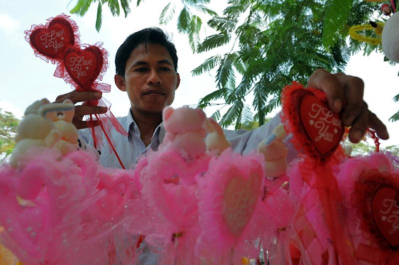 A Cambodian man buys Valentine's gifts along a street in Phnom Penh on February 14, 2012 (AFP Photo/Tang Chhin Sothy)