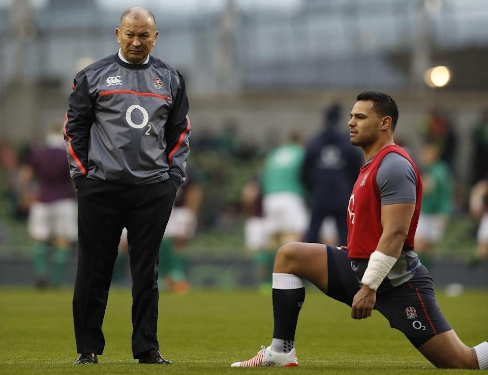 England's head coach Eddie Jones (L) stands next to Ben Te'o during a warm-up session ahead of their Six Nations rugby union match against Ireland, at the Aviva Stadium in Dublin, on March 18, 2017 (AFP Photo/Adrian Dennis)