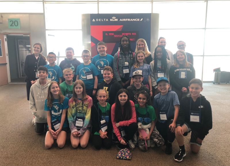 Two Delta Air Line gate agents helped get 41 fifth grades to Washington, D.C. after their American Airlines flight was canceled. (Photo: Twitter)