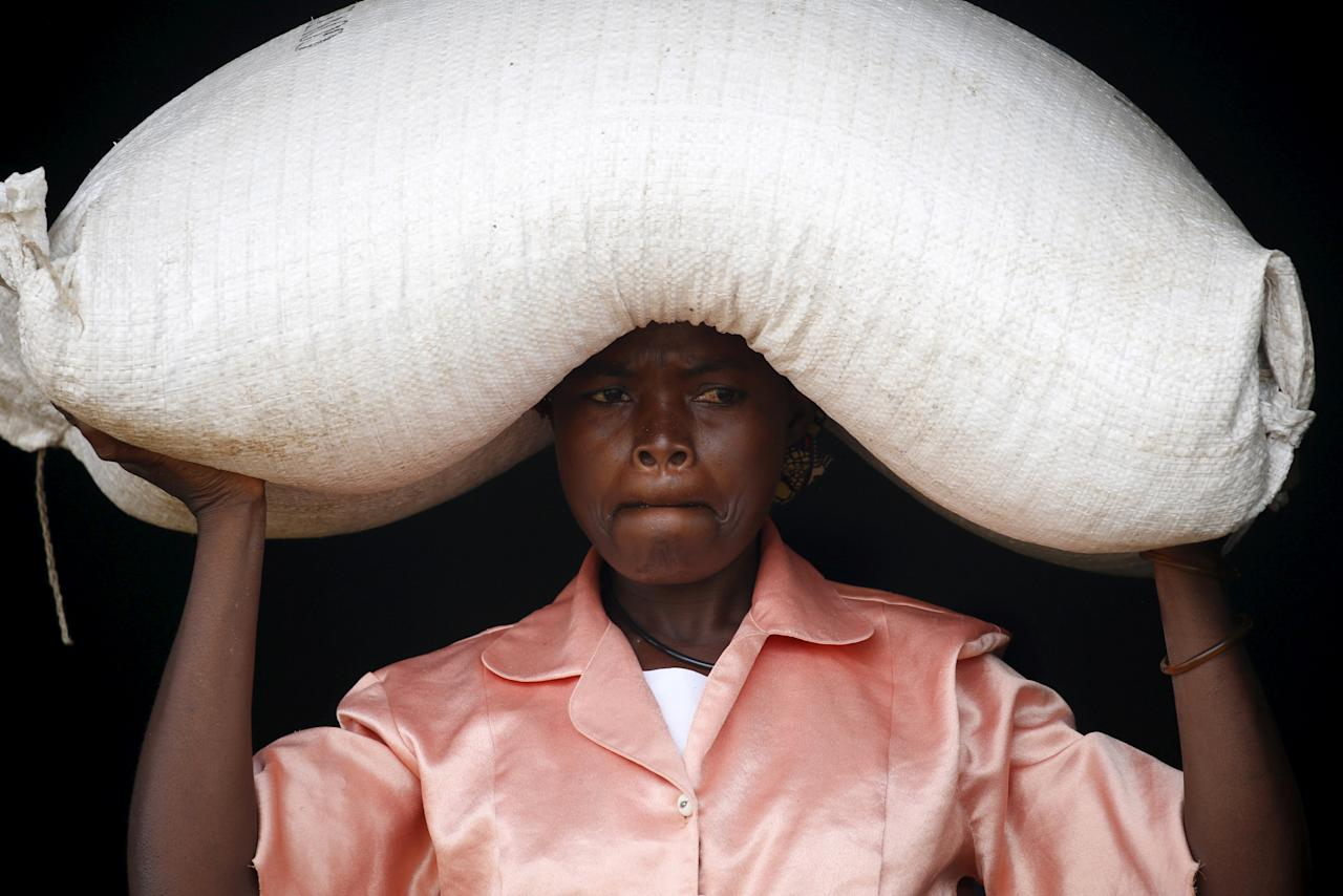A  woman carries food aid distributed by the United Nations World Food Progamme (WFP) in Mzumazi village near the capital Lilongwe, Malawi February 3, 2016. REUTERS/Mike Hutchings/File Photo