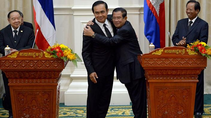 Cambodian Prime Minister Hun Sen (right) hugs his Thai counterpart Prayuth Chan-ocha