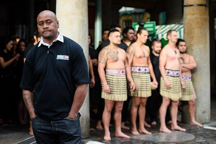 Former New Zealand rugby union player Jonah Lomu (L) and members of the Ngāti Rānana London Māori Club wait to perform a haka during a photocall in London's Covent Garden on September 16, 2015. The 2015 Rugby Union World Cup begins at London's Twickenham Stadium on September 18, 2015. AFP PHOTO / LEON NEAL (AFP Photo/Leon Neal)