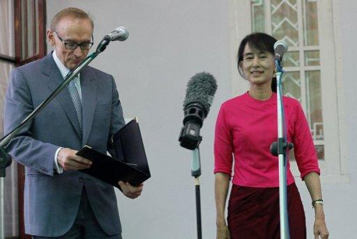 Australian Foreign Minister Bob Carr met opposition leader Aung San Suu Kyi in Yangon on Tuesday