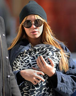 Beyonce Spotted Breastfeeding Daughter Blue Ivy In Public