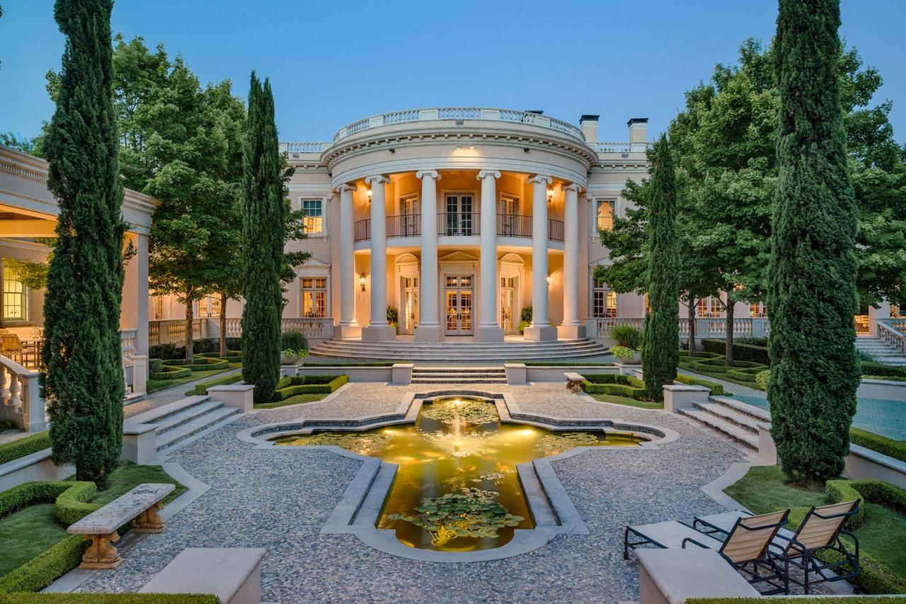 "<p>A rounded portico at the back of the Dallas house mimics the White House South Portico, <a href=""http://bit.ly/1WbVbzw"" target=""_blank"">known as ""the president's back door.""</a> See the next slide.</p>"