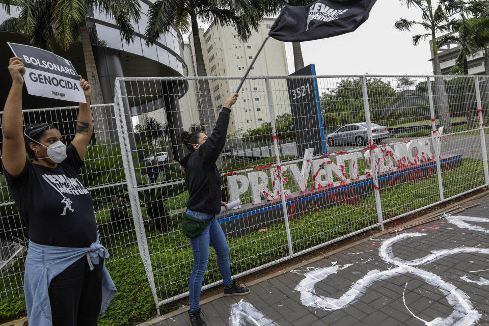 """Demonstrators protest against the Prevent Senior health care company outside its headquarters in Sao Paulo, Brazil, Sept. 30, 2021. Whistleblowing doctors, through their lawyer, testified at the Senate last week that Prevent Senior enlisted participants to test unproven drugs without proper consent and forced doctors to toe the line on prescribing unproven drugs touted by President Jair Bolsonaro as part of a """"COVID kit,"""" in the treatment of the new coronavirus. (AP Photo/Marcelo Chello)"""