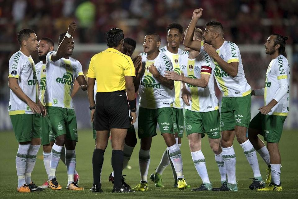 Brazil's Chapecoense players complain about the first Flamengo goal with Peruvian referee Michael Espinoza during their 2017 Copa Sudamericana football match in Rio de Janeiro (AFP Photo/Mauro PIMENTEL)