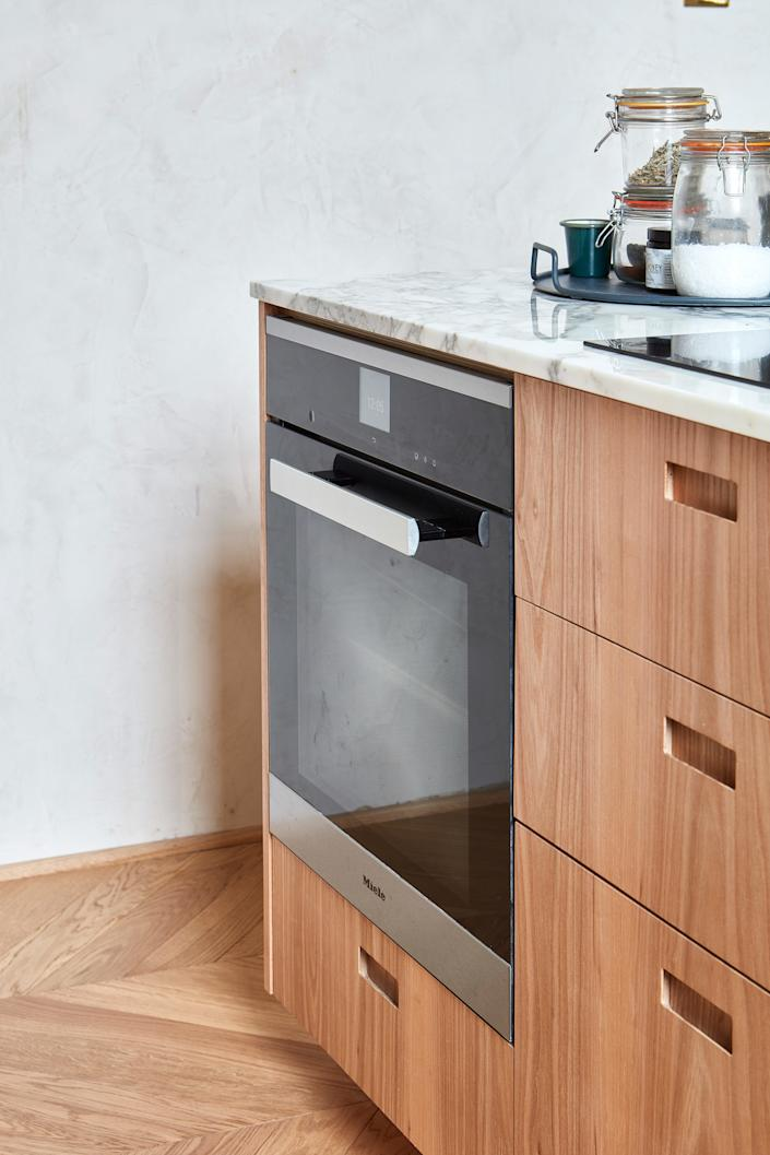 """<div class=""""caption""""> """"The <a href=""""https://www.mieleusa.com/domestic/induction-cooktops-1503.htm"""" rel=""""nofollow noopener"""" target=""""_blank"""" data-ylk=""""slk:Miele induction hob"""" class=""""link rapid-noclick-resp"""">Miele induction hob</a> [aka cooktop] that sits alongside two large gas rings, and the worktop extractor, which are in constant use and positioned in the center of the island, bring me a lot of joy,"""" adds Anna. </div>"""