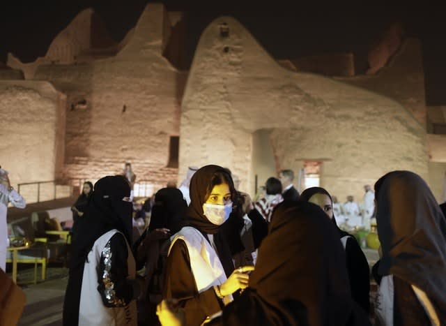 A Saudi tour guide wears a face mask