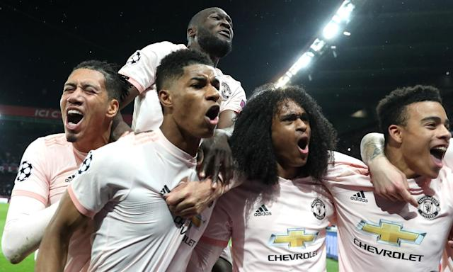 """<a class=""""link rapid-noclick-resp"""" href=""""/soccer/teams/manchester-united/"""" data-ylk=""""slk:Manchester United"""">Manchester United</a> celebrates with Marcus Rashford (center) after he scored the winning goal to beat Paris Saint-Germain in the Champions League on Wednesday. (The Mundial Group)"""