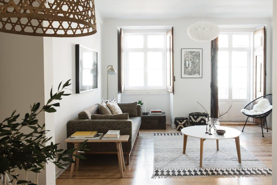"""<p>In what state would you like to find your<a rel=""""nofollow"""" href=""""https://www.homify.co.uk/rooms/living-room"""">living room</a> the next morning? So, before you're off to bed, set a minute or two aside for storing the remote controls, stacking the magazines and coasters, and quickly plumping those sofa cushions.</p>  Credits: homify / Arkstudio"""