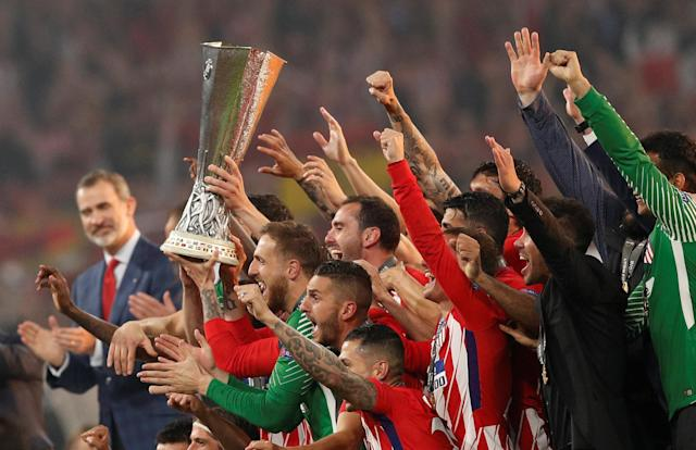 Soccer Football - Europa League Final - Olympique de Marseille vs Atletico Madrid - Groupama Stadium, Lyon, France - May 16, 2018 Spain's King Felipe VI looks on as Atletico Madrid celebrate with the trophy after winning the Europa League REUTERS/John Sibley