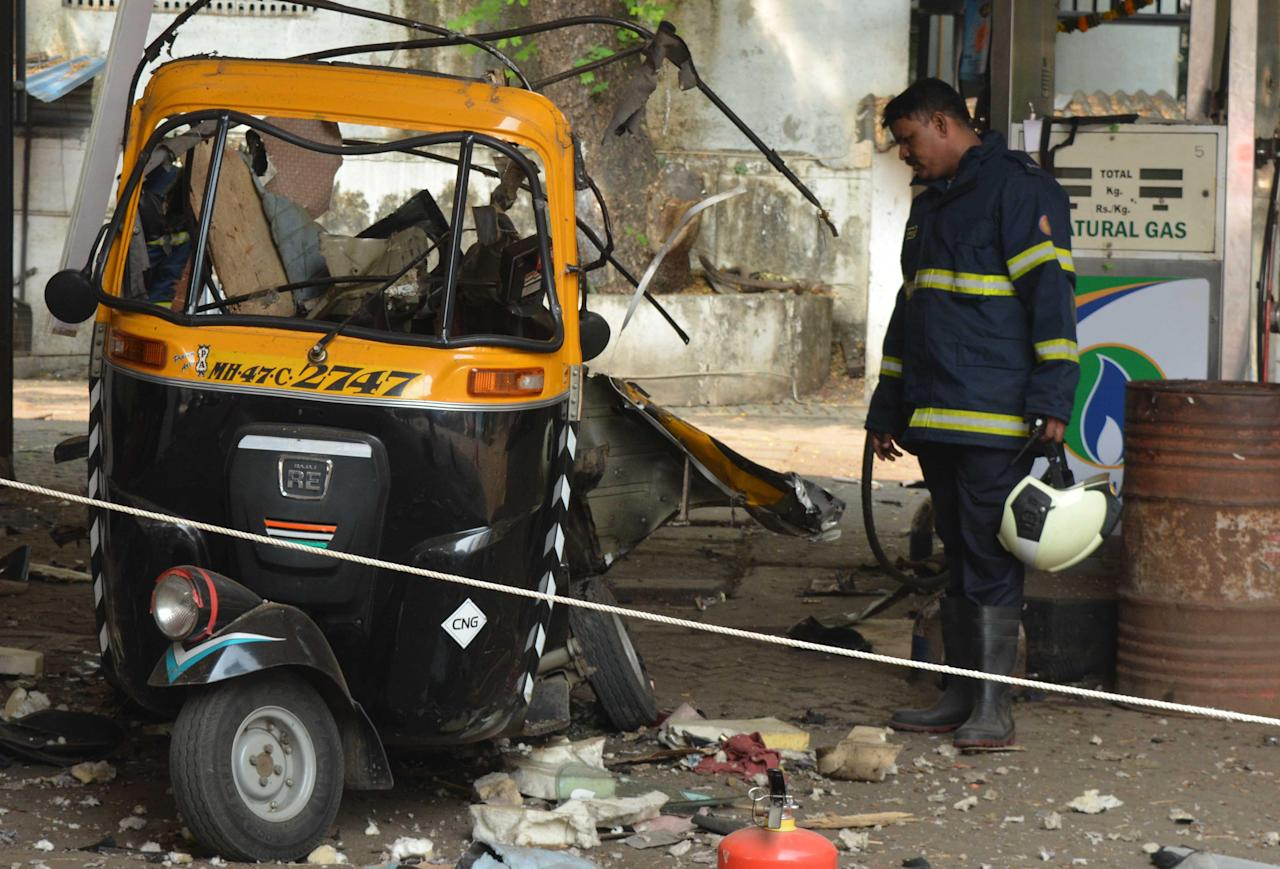 photos 3 people injured while filling cng in autorickshaw in mumbai. Black Bedroom Furniture Sets. Home Design Ideas