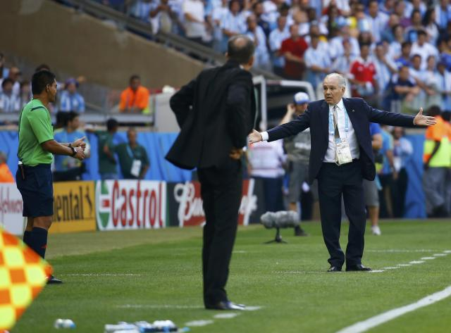 Argentina's coach Alejandro Sabella (R) gestures as he speaks to fourth official Norbert Hauata of Tahiti (L) during their 2014 World Cup Group F soccer match against Iran at the Mineirao stadium in Belo Horizonte June 21, 2014. REUTERS/Kai Pfaffenbach (BRAZIL - Tags: SOCCER SPORT WORLD CUP)