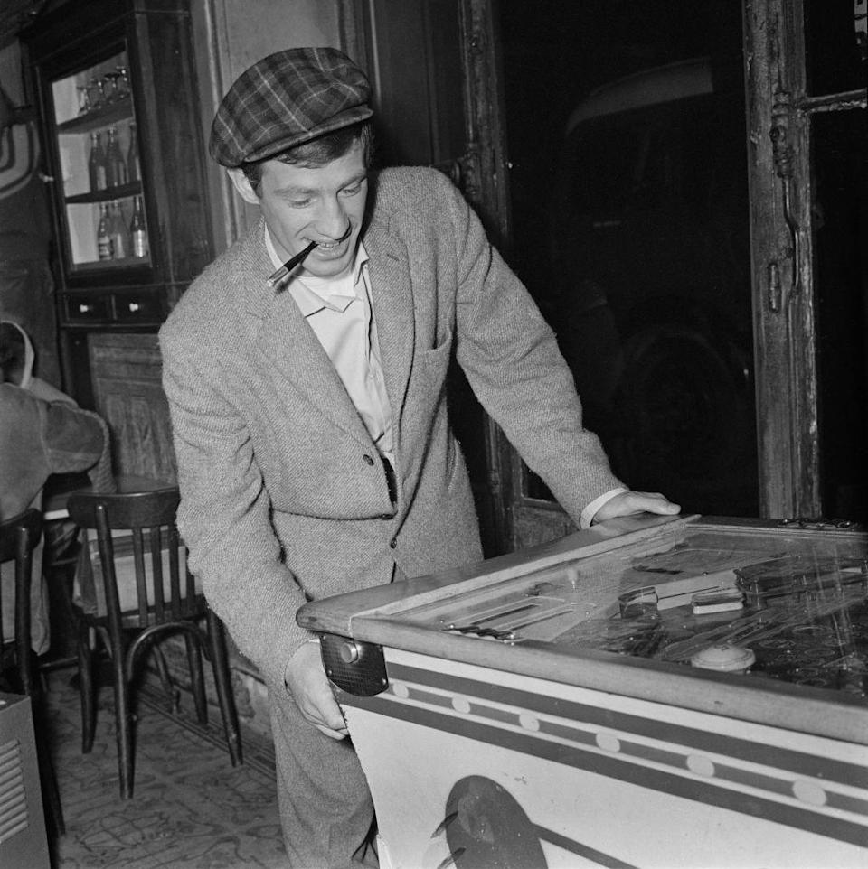<p>Playing pinball in France, 1964</p>