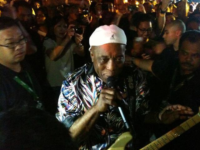 Buddy Guy singing in the midst of the crowd. (Yahoo! photo)