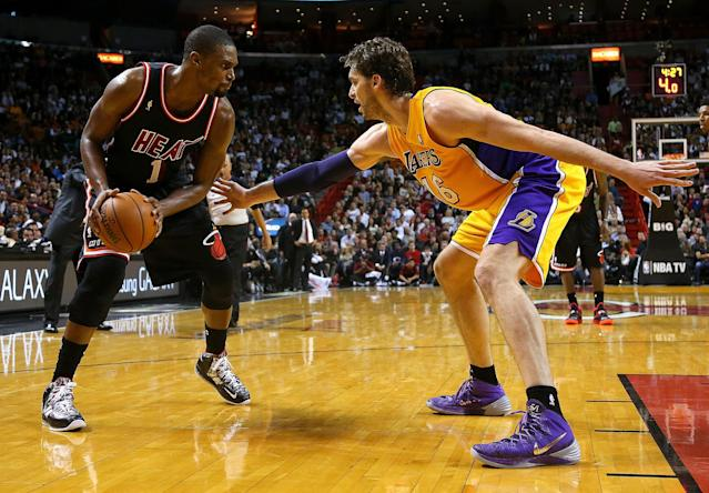 MIAMI, FL - JANUARY 23: Chris Bosh #1 of the Miami Heat posts up Pau Gasol #16 of the Los Angeles Lakers during a game at American Airlines Arena on January 23, 2014 in Miami, Florida. (Photo by Mike Ehrmann/Getty Images)