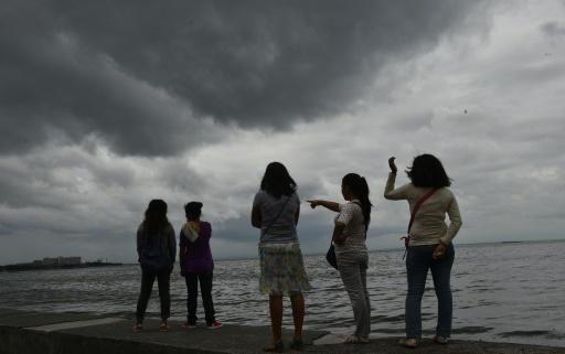 Thousands flee as typhoon flogs Philippines