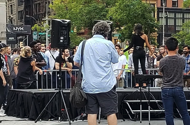 A woman invited dozens of her Tinder matches to Union Square in New York City so they could vie for her heart. (Photo: @bvdhai via Twitter)