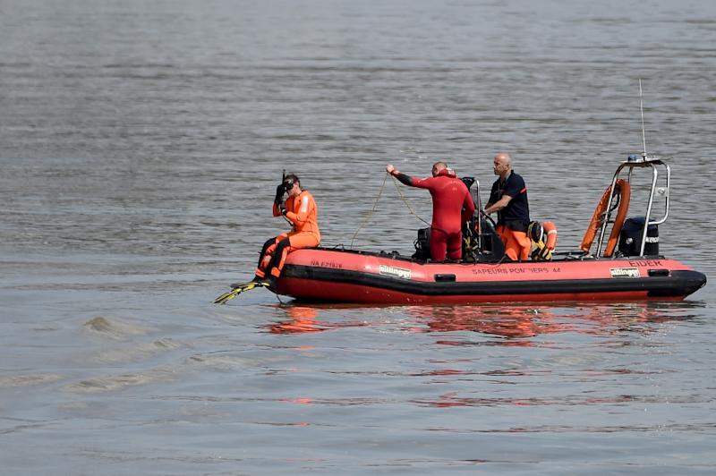 Divers of the Fire Brigade intervene in the Loire river searching for 24-year-old Steve Canico who disappeared after falling in the river (AFP Photo/Sebastien SALOM-GOMIS)