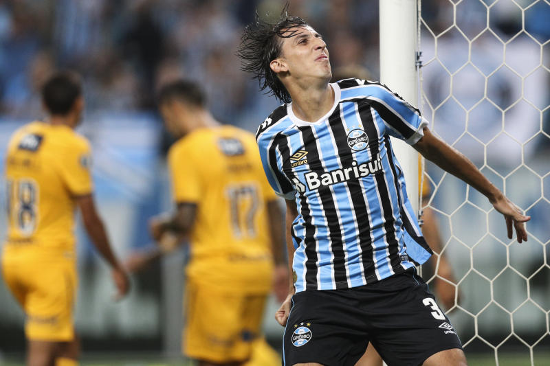 PORTO ALEGRE, BRAZIL - APRIL 10: Geromel of Gremio celebrates a scored goal by Leonardo Silva (not in frame) during a match between Gremio and Rosario Central, as part of Copa CONMEBOL Libertadores 2019 at Arena do Gremio on April 10, 2019 in Porto Alegre, Brazil. (Photo by Buda Mendes/Getty Images)