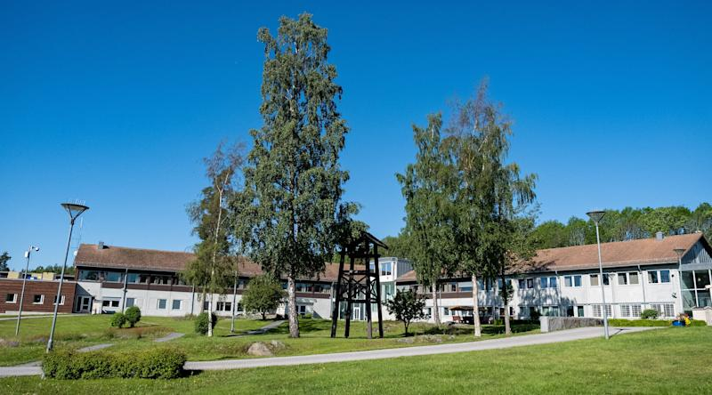 Ringerike prison is located in the Norwegian countryside just over an hour from Norway's capital Oslo. It sits next to a lake, beautiful mountains and forests. (Photo: SVT/John Stark)