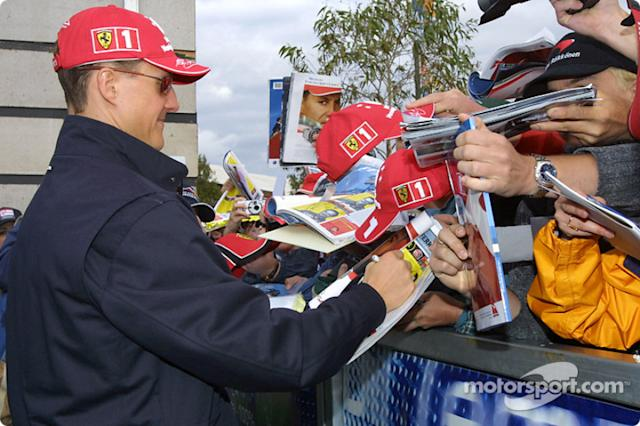 "Michael Schumacher firma autógrafos <span class=""copyright"">Brousseau Photo</span>"