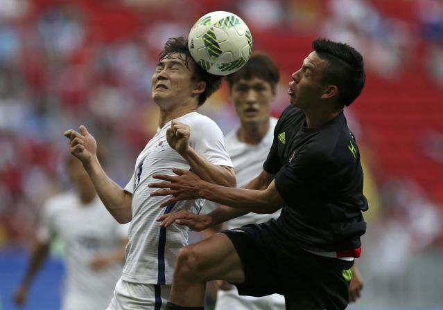 2016 Rio Olympics - Soccer - Preliminary - Men's First Round - Group C South Korea v Mexico - Mane Garrincha Stadium - Brasilia, Brazil - 10/08/2016. Seulchan Lee (KOR) of South Korea and Hirving Lozano (MEX) of Mexico fight for the ball. REUTERS/Ueslei Marcelino FOR EDITORIAL USE ONLY. NOT FOR SALE FOR MARKETING OR ADVERTISING CAMPAIGNS.