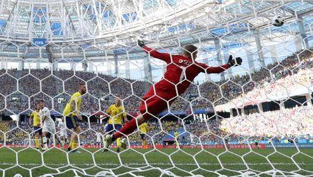 Soccer Football - World Cup - Group F - Sweden vs South Korea - Nizhny Novgorod Stadium, Nizhny Novgorod, Russia - June 18, 2018 Sweden's Robin Olsen dives as South Korea's Hwang Hee-chan looks on REUTERS/Ivan Alvarado