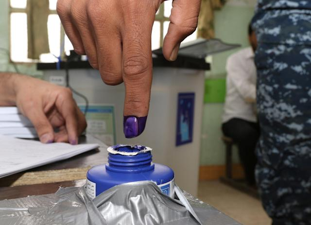 <p>An Iraqi security member dips his finger in ink after casting his vote at a polling station, two days before polls open to the public in a parliamentary election in Kirkuk, Iraq, May 10, 2018. (Photo: Ako Rasheed/Reuters) </p>