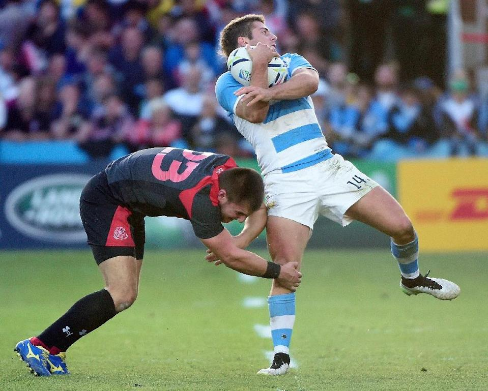 Argentina's wing Santiago Cordero (R) runs to score a try as Georgia's wing Murazi Giorgadze attempts to tackle him during their Rugby World Cup Pool C match, at Kingsholm stadium in Gloucester, on September 25, 2015 (AFP Photo/Loic Venance)