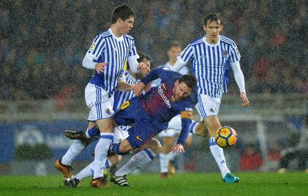 Soccer Football - La Liga Santander - Real Sociedad vs FC Barcelona - Anoeta Stadium, San Sebastian, Spain - January 14, 2018 Barcelona's Lionel Messi in action with Real Sociedad's Igor Zubeldia and Diego Llorente REUTERS/Vincent West