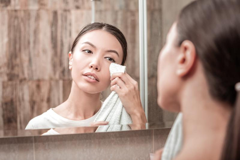 Make it a point to remove makeup after work hours. (PHOTO: Getty Images)