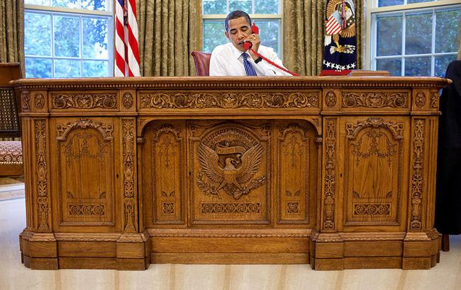 800px-Barack_Obama_sitting_at_the_Resolute_desk_2009-650.jpg