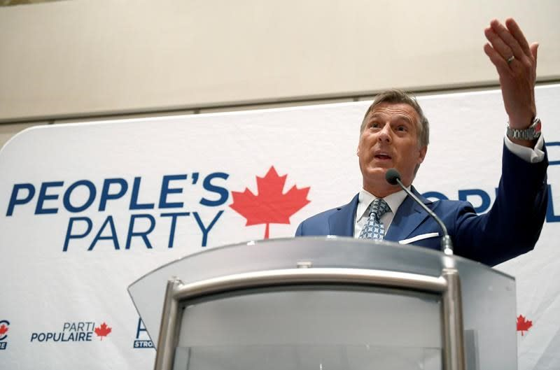 Maxime Bernier tells party faithful he will make it into the leaders' debates