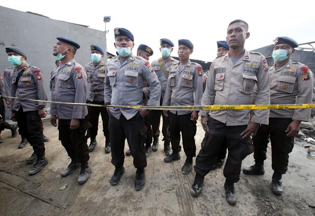 <p>Indonesian police officers stand guard after an explosion at a firecracker factory in Duri Kosambi, Tanggerang, Banten, Indonesia, Oct. 26, 2017. (Photo: Bagus Indahono/EPA-EFE/REX/Shutterstock) </p>