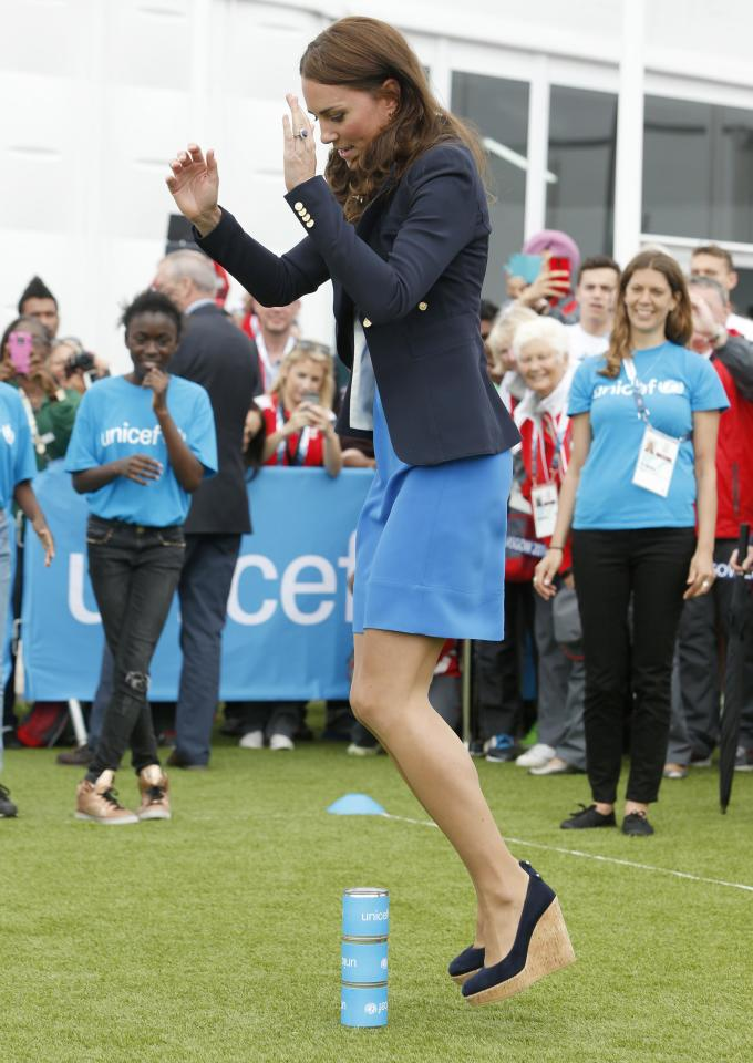 Britain's Catherine, Duchess of Cambridge plays South African games 'Three Tins' during a visit to the Commonwealth Games Village at the 2014 Commonwealth Games in Glasgow, Scotland July 29, 2014. REUTERS/Danny Lawson/Pool (BRITAIN - Tags: ROYALS ENTERTAINMENT SOCIETY SPORT)