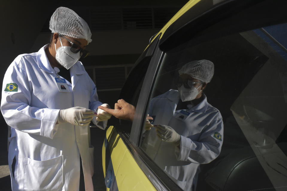 Rio made an operation to test 5,000 taxi drivers for the new coronavirus. The collection of material for the exam will be done in the drive-thru system at the Sambódromo do Maquês de Sapucaí, in the city center. According to the city, they will be tested or taxed and will have greater exposure to the virus. RJ passes 8 thousand deaths and reaches almost 87 thousand cases of Covid-19 In the last 24 hours, 171 more deaths and 3,620 cases were confirmed.   (Photo by Fabio Teixeira/NurPhoto via Getty Images)