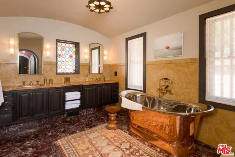 The master bathroom is Jim Parsons's house is luxurious. (Photo: The MLS via Trulia)