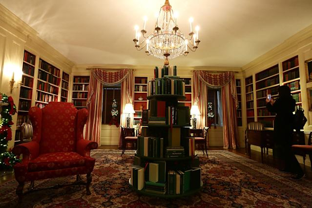 <p>The library at the White House during a press preview of the 2017 holiday decorations November 27, 2017 in Washington, D.C. (Photo: Alex Wong/Getty Images) </p>