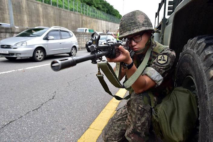 A South Kroean soldier takes position during an anti-terror drill as part of the annual Ulchi Freedom exercise, outside a tunnel in Seoul on August 18, 2014 (AFP Photo/Jung Yeon-Je)