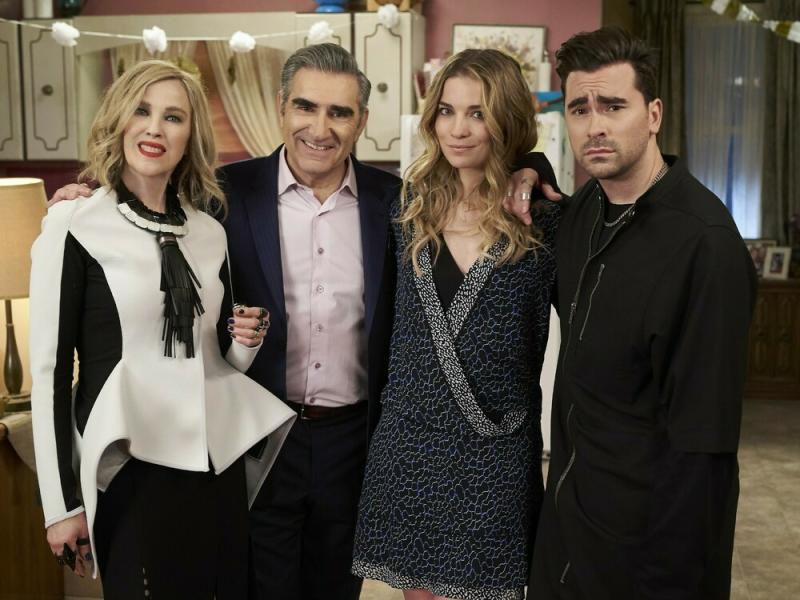 """Die etwas andere Familie aus """"Schitt's Creek"""" v.l.n.r.: Moira Rose (Catherine O'Hara), Johnny Rose (Eugene Levy), Alexis Claire Rose (Annie Murphy) und David Rose (Daniel Levy) (Bild: TV NOW / © Not A Real Company Productions Inc.)"""