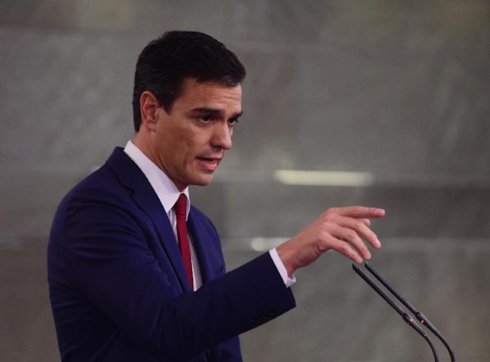 The leader of Spain's Socialist Party (PSOE) Pedro Sanchez gestures during a press conference following his meeting with the Prime Minister at Moncloa palace in Madrid on November 10, 2015 (AFP Photo/Pierre-Philippe Marcou)