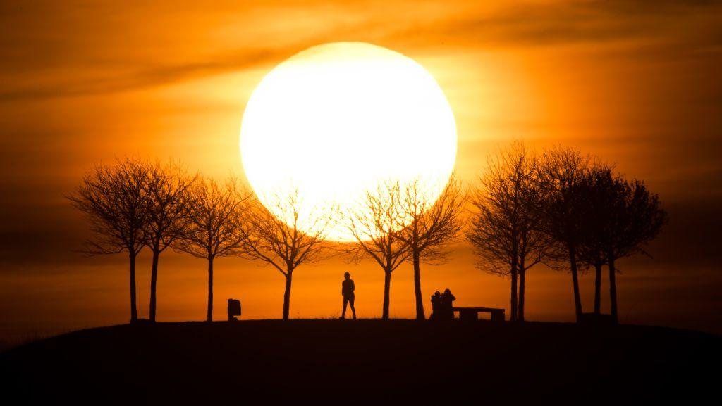 <p>The setting sun makes the sky glow orange over Hanover, Germany// February 25, 2019</p>