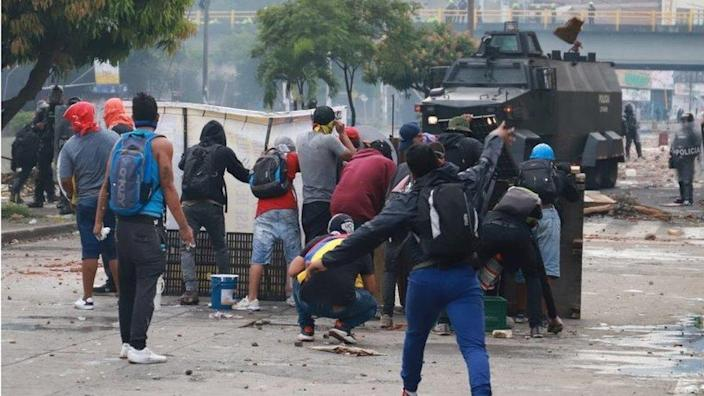 Demonstrators clash with members of security forces on May 3, 2021 during a protest of police atrocities in a recent protest against President Ivan Duque's government tax reform in Cali, Colombia. To do.