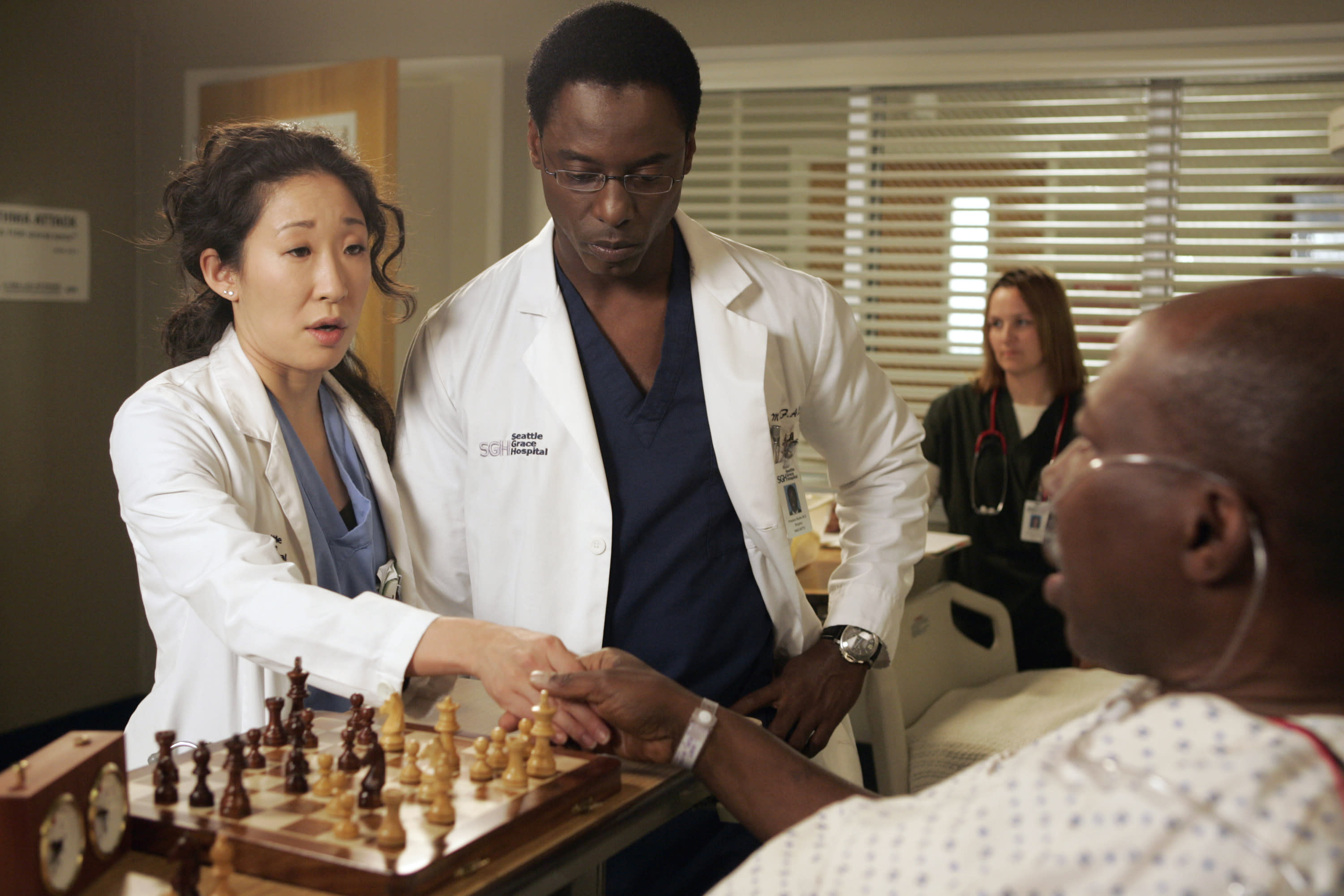 """Isaiah Washington and Sandra Oh on the set of """"Grey's Anatomy"""" in 2007. (Photo: Getty Images)"""