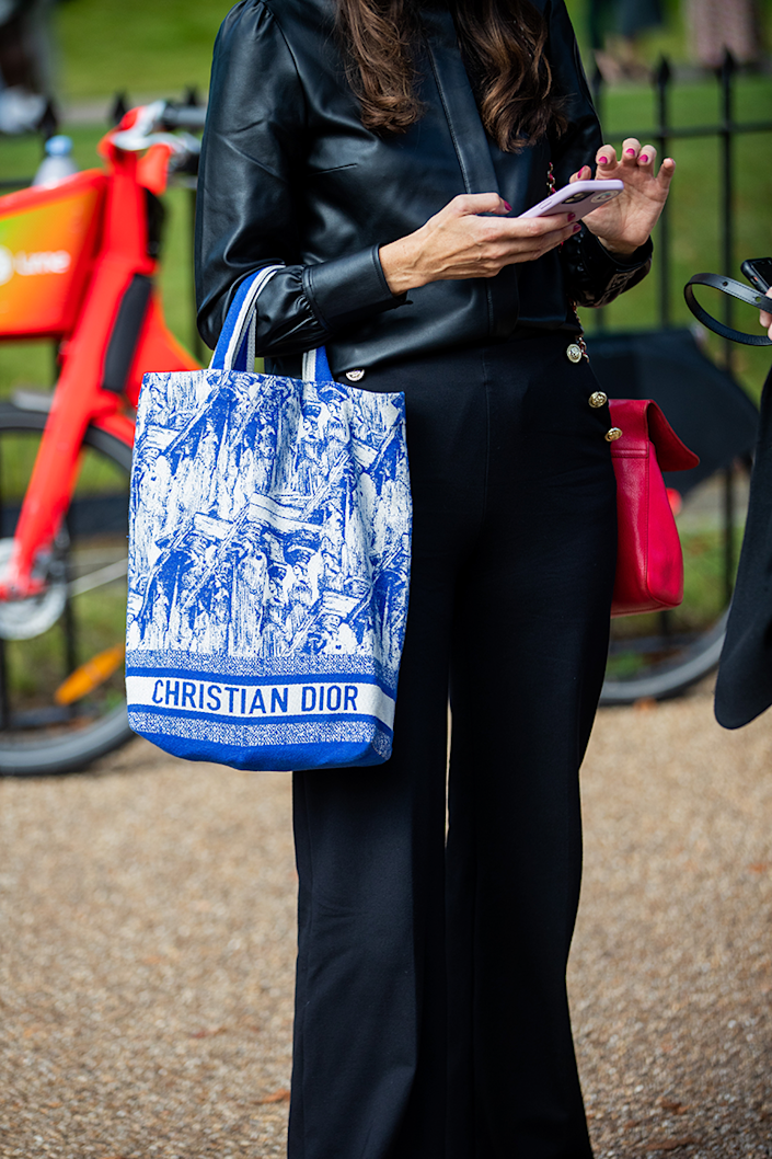 <p>Here's a quick lesson on how to elevate an all-black outfit with a contrasting tote.</p>