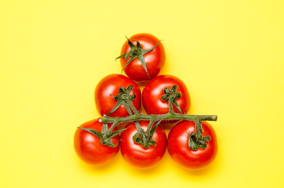 <strong>Tomatoes:</strong> Being a rich source of lycopene, a natural plant pigment with powerful antioxidant properties, vitamin C and alpha- and beta-carotene, tomatoes neutralize harmful free radicals, providing a better heath to the heart.