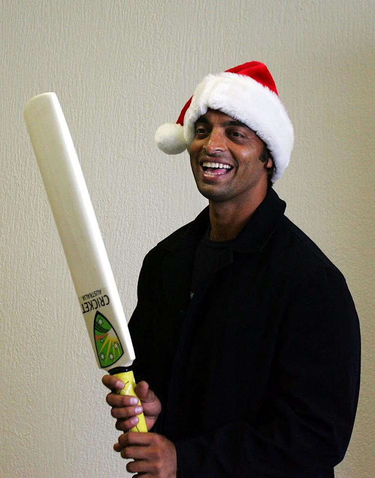 MELBOURNE, AUSTRALIA - DECEMBER 24: Shoaib Akhtar of the Pakistan Cricket team plays cricket with children while visiting cancer patients at the Melbourne Bone Marrow Donor Insitiute's Accomodation Centre December 24, 2004 in Melbourne, Australia.  (Photo by Ryan Pierse/Getty Images)