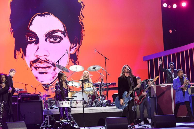LOS ANGELES, CALIFORNIA - JAN 28: (L-R) Sheila E. performs with Dave Grohl, Taylor Hawkins and Nate Mendel of Foo Fighters on stage at the 62nd Annual GRAMMY Awards